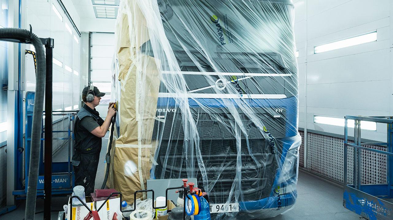 Lakkering av lastebil på Volmax skadesenter