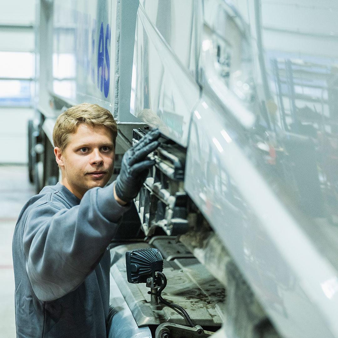 Mekaniker på Volmax skadesenter